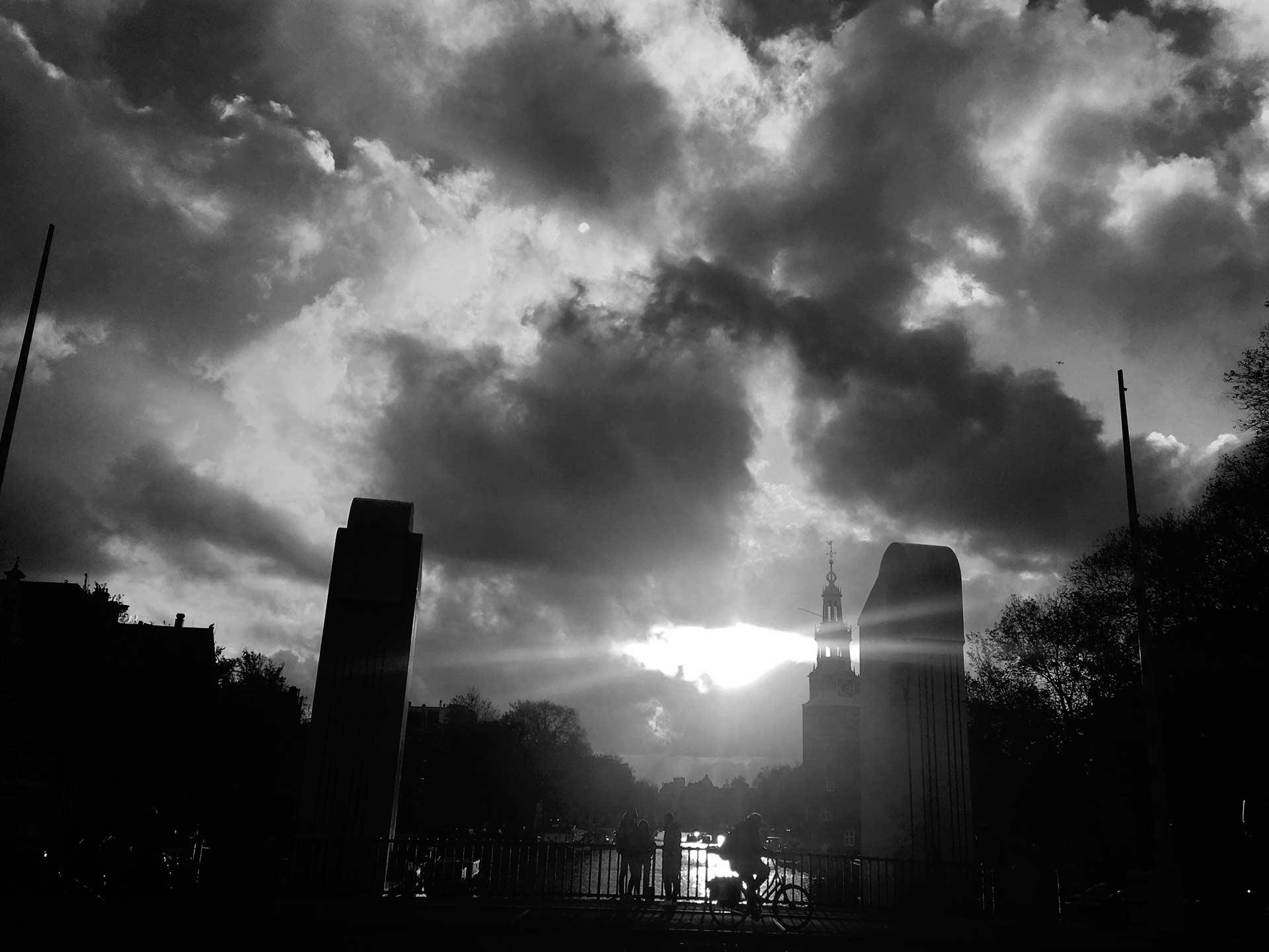 Амстердам. Центр города c красивыми лучами солнца